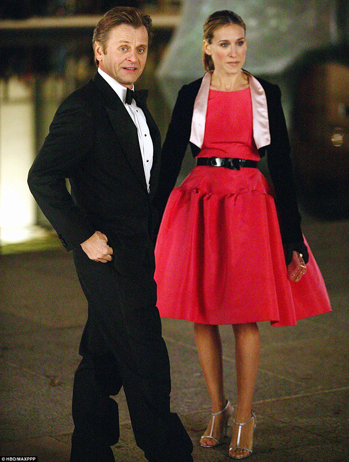Sarah-Jessica-Parker-in-iconic-pink-Oscar-de-la-Renta-dress-featured-in-Sex-and-the-City